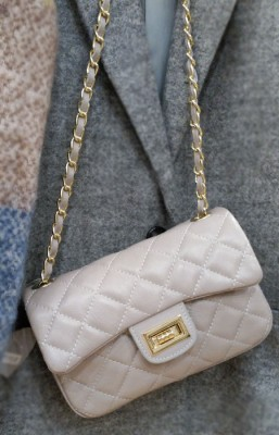 bolso gris tipo chanel